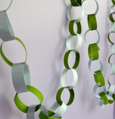 Украсим свой праздник гирляндами из бумаги с круглыми звеньями.