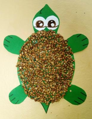 А кто это у нас тут нежится на солнышке? А это красивая аппликация черепаха из цветной бумаги и крупы.