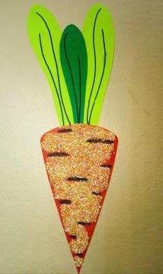 Собираем урожай морковки из крупы и цветной бумаги.