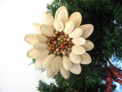 Украсим нашу комнату красивейшим цветком, сделанным своими руками из подручных материалов.