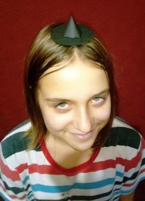 С очень довольным лицом вы будете праздновать Хеллоуин, в такой вот шляпке ведьмы из бумаги.