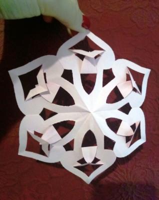 Превратим наш дом в настоящий зимний замок, с помощью снежинок из бумаги.
