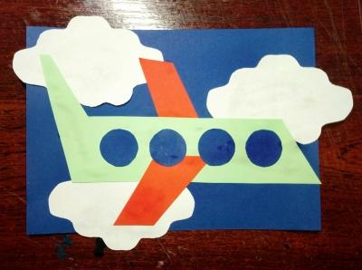 Собираем на борт пассажиров и отправляем в полёт на нашем самолёте из цветной бумаги.