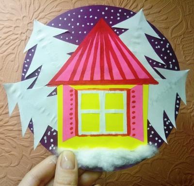 Бумажная игрушка с домиком в зимнем лесу.