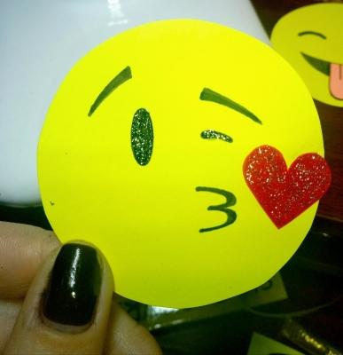 Отправь поцелуйчик с помощью эмодзи, но не в электроном виде, а сделанный своими руками, из цветной бумаги.
