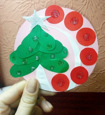 Совесм скоро новогодние праздники и наступило отличное время для выполнение игрушек и праздничного декора из бумаги. Одну из таких ёлочных украшений мы выполним прямо сейчас!