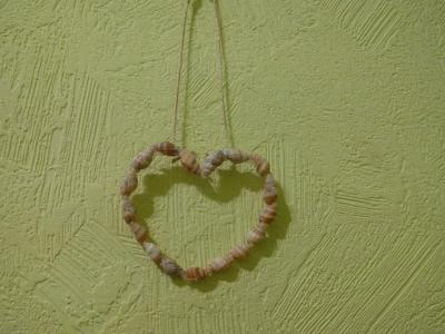 Укрась свой дом подвеской из ракушек, в форме сердечка, и добавь любви в свои будни.